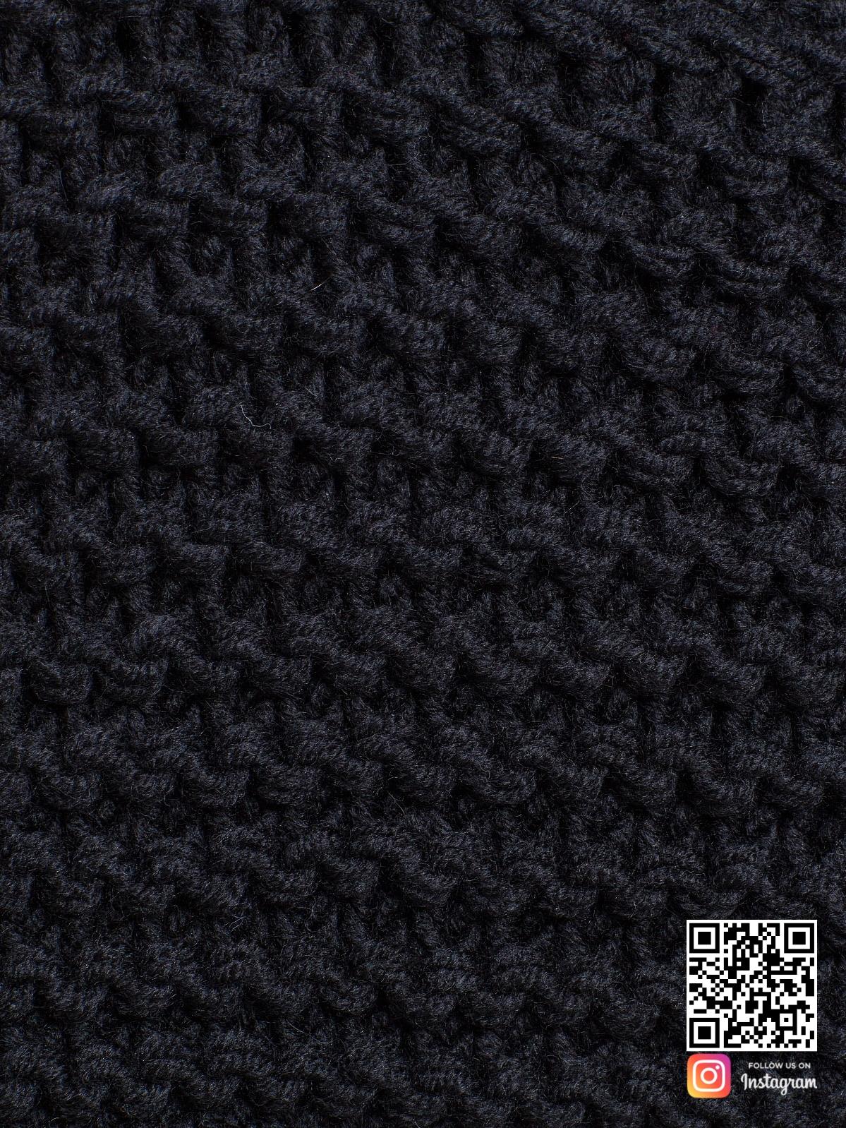 На пятой фотографии женский черный кардиган крупным планом от Shapar, бренда вязаной одежды ручной работы в интернет-магазине связанных спицами вещей.