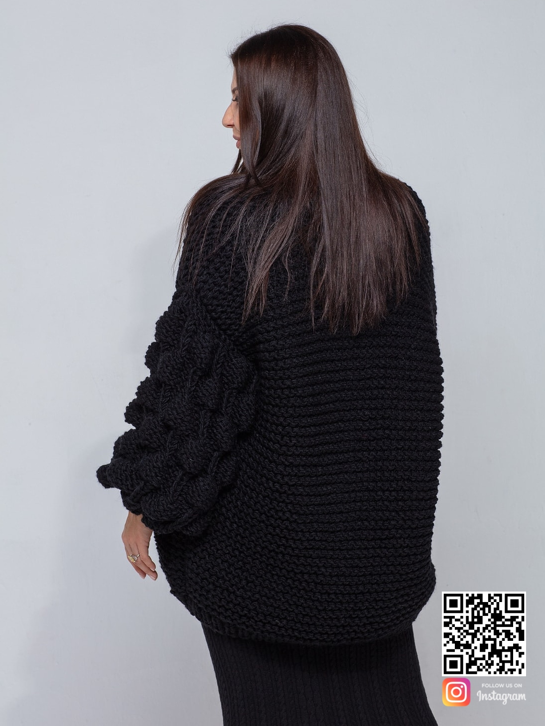 На второй фотографии женский черный кардиган со спины от Shapar, бренда вязаной одежды ручной работы в интернет-магазине связанных спицами вещей.