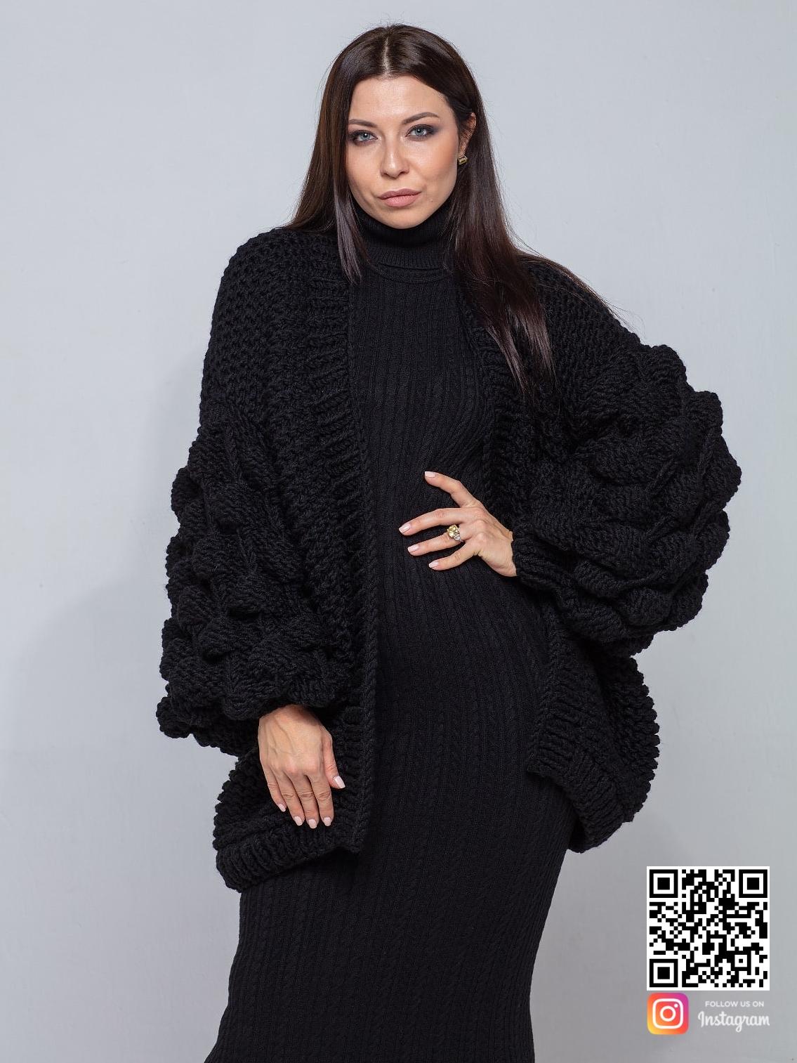 На фотографии черный кардиган от Shapar, бренда вязаной одежды ручной работы в интернет-магазине связанных спицами вещей.