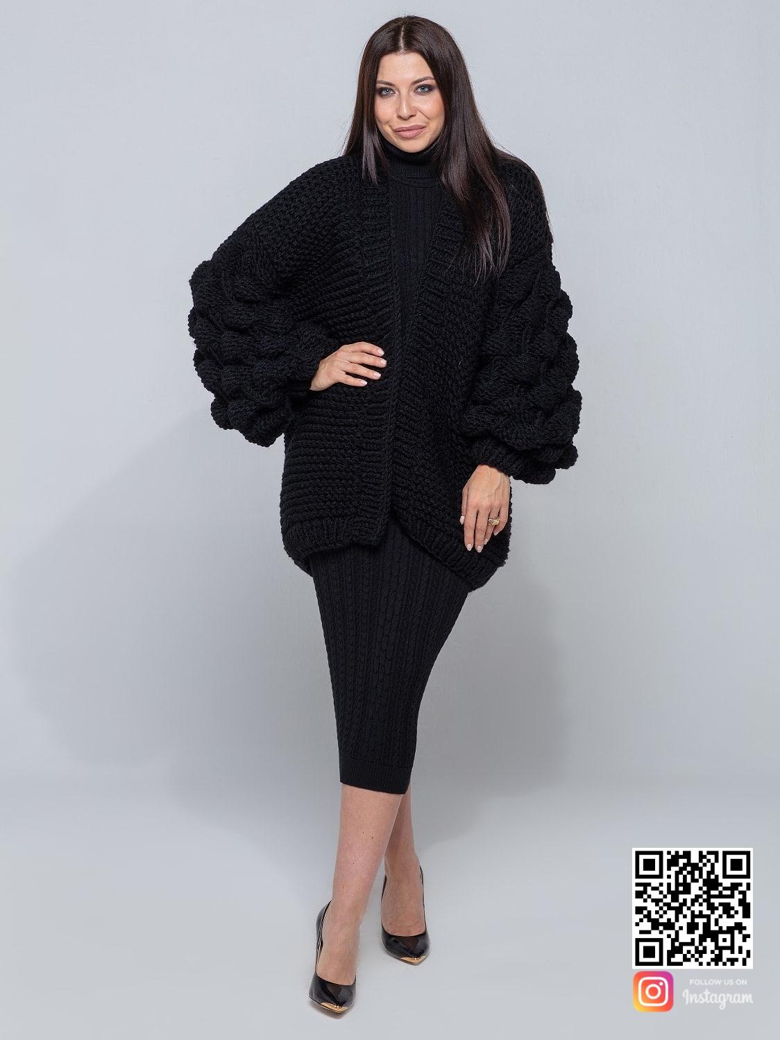 На шестой фотографии женский черный кардиган оверсайз от Shapar, бренда вязаной одежды ручной работы в интернет-магазине связанных спицами вещей.