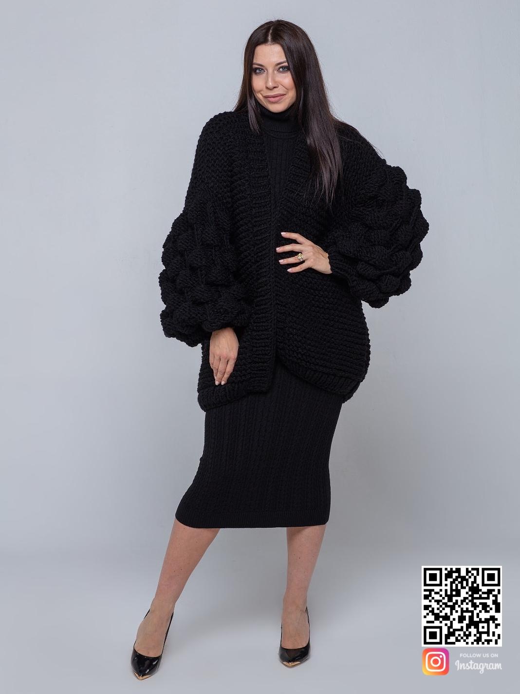 На четвертой фотографии объемный женский черный кардиган от Shapar, бренда вязаной одежды ручной работы в интернет-магазине связанных спицами вещей.