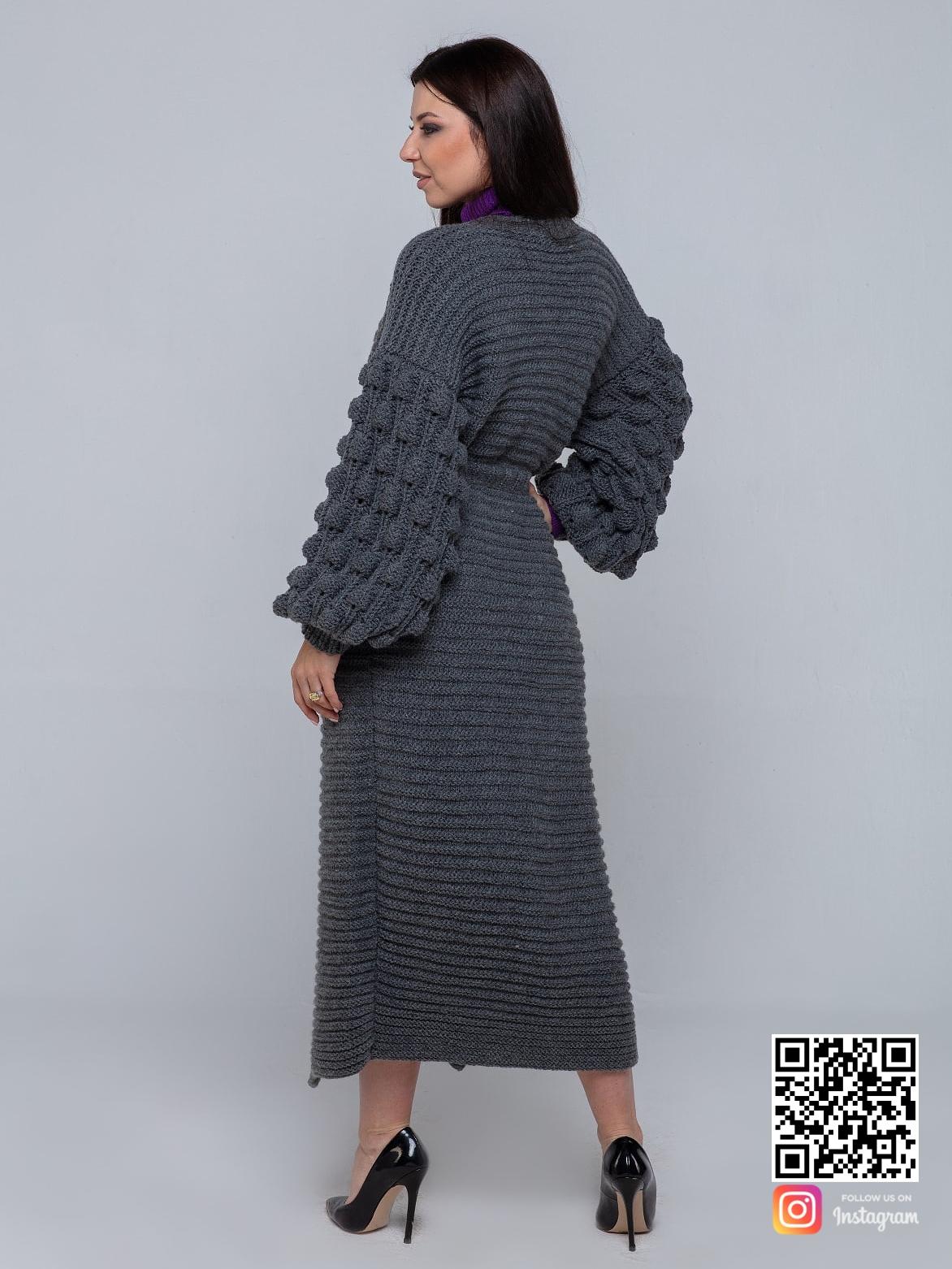 На второй фотографии женский длинный серый кардиган со спины от Shapar, бренда вязаной одежды ручной работы в интернет-магазине связанных спицами вещей.