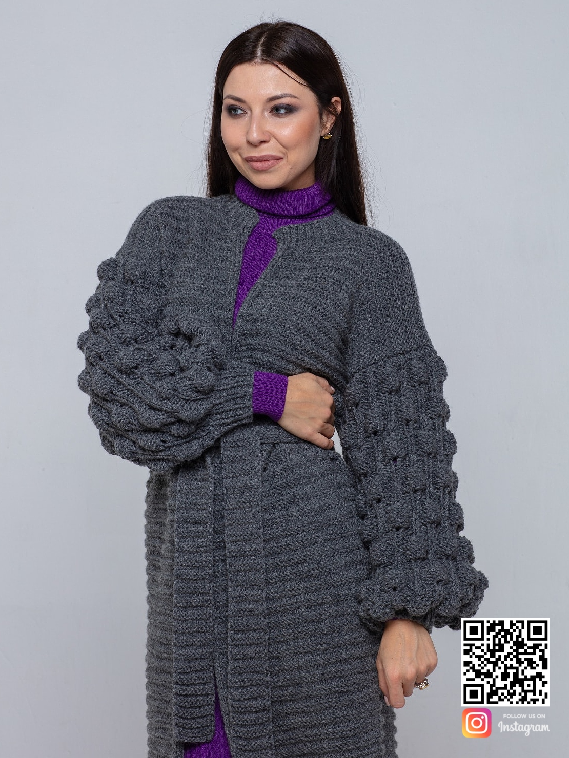 На пятой фотографии стильный длинный серый кардиган для девушек и женщин от Shapar, бренда вязаной одежды ручной работы в интернет-магазине связанных спицами вещей.