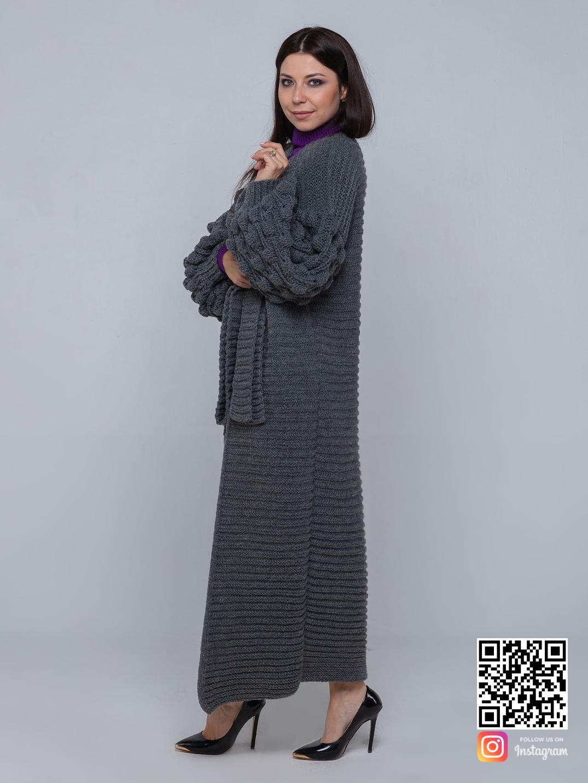 На четвертой фотографии элегантный длинный серый кардиган крупной вязки от Shapar, бренда вязаной одежды ручной работы в интернет-магазине связанных спицами вещей.