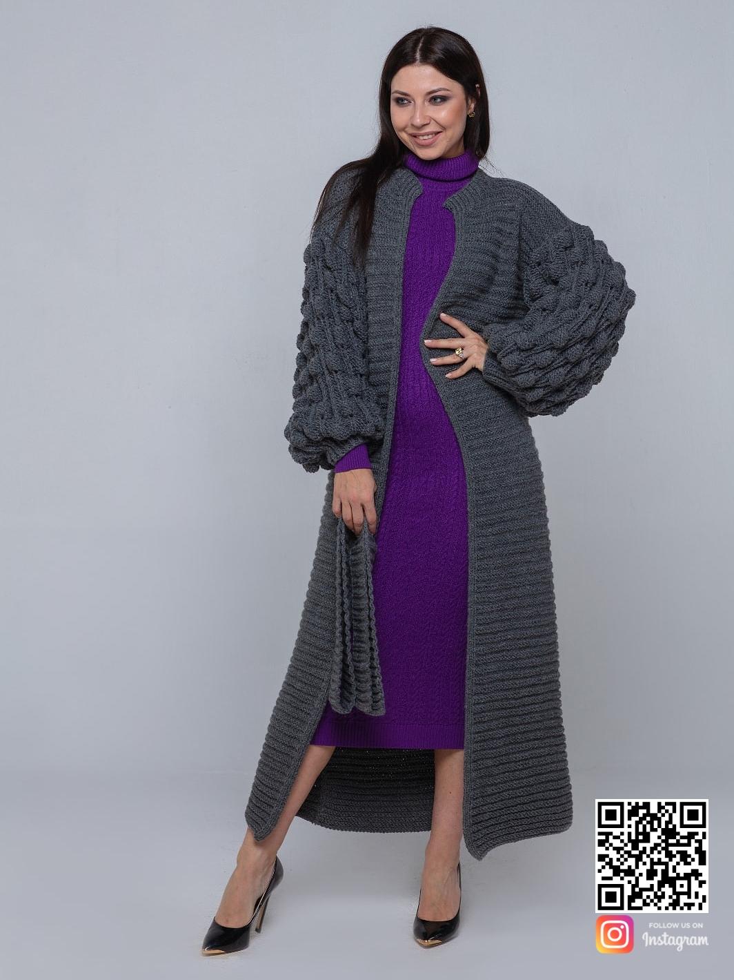 На фотографии длинный серый кардиган от Shapar, бренда вязаной одежды ручной работы в интернет-магазине связанных спицами вещей.