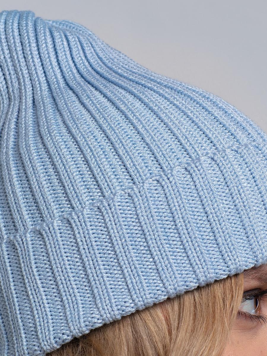 На третьей фотографии женский голубая шапка и снуд крупным планом от Shapar, бренда вязаной одежды ручной работы в интернет-магазине связанных спицами вещей.