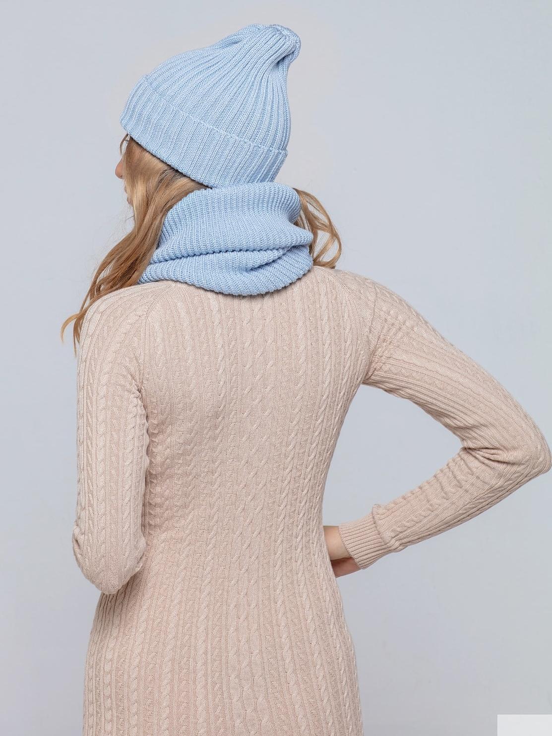 На второй фотографии женская голубая шапка и снуд со спины от Shapar, бренда вязаной одежды ручной работы в интернет-магазине связанных спицами вещей.