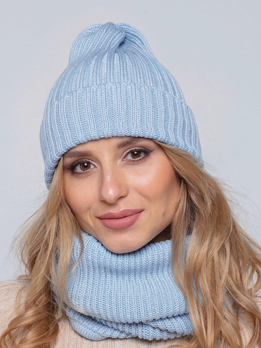 На четвертой фотографии модная голубая шапка и снуд для девушек и женщин от Shapar, бренда вязаной одежды ручной работы в интернет-магазине связанных спицами вещей.