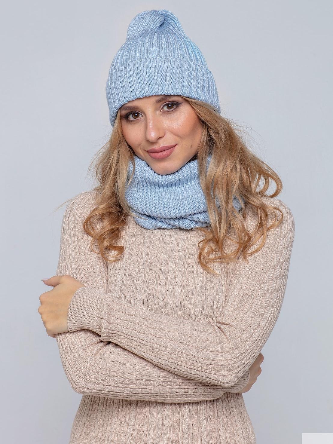На фотографии женская голубая шапка и снуд от Shapar, бренда вязаной одежды ручной работы в интернет-магазине связанных спицами вещей.