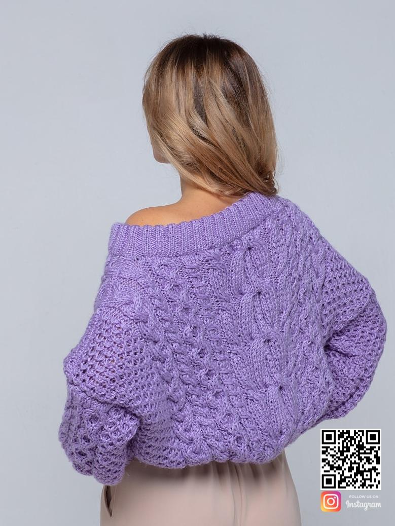 На пятой фотографии женский лавандовый свитер на одно плечо от Shapar, бренда вязаной одежды ручной работы в интернет-магазине связанных спицами вещей.