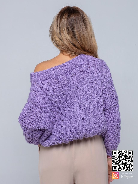 На второй фотографии женский лавандовый свитер от Shapar, бренда вязаной одежды ручной работы в интернет-магазине связанных спицами вещей.