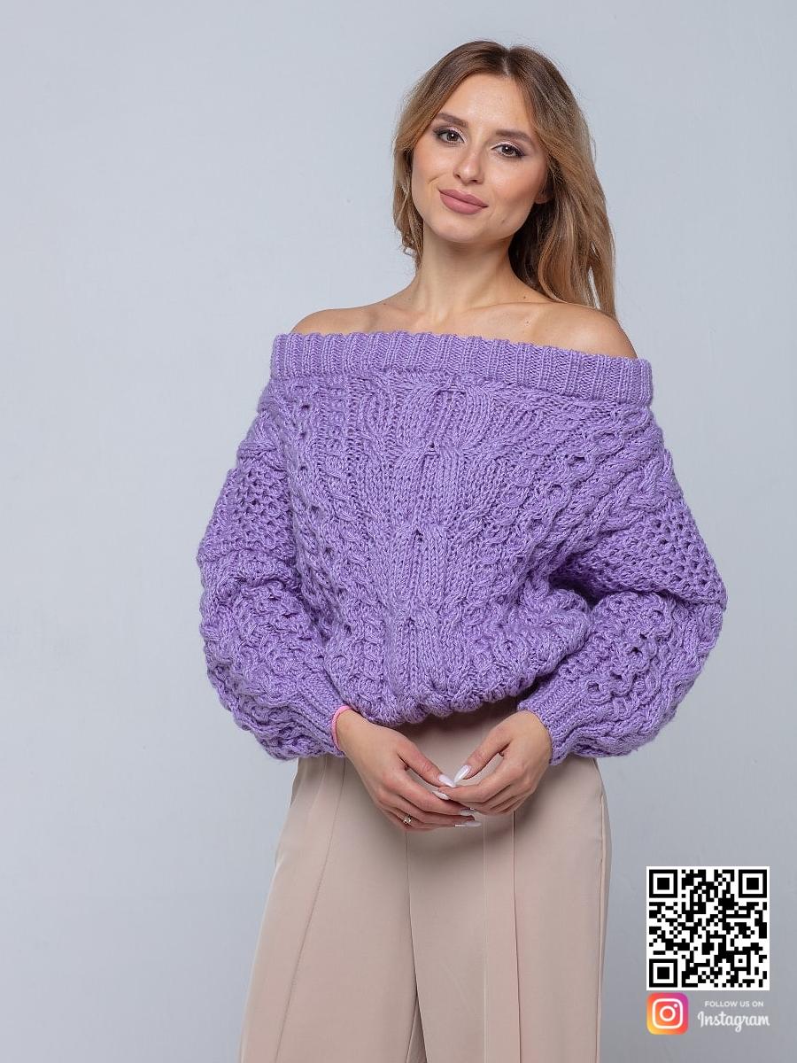 На третьей фотографии женский лавандовый свитер с открытыми плечами от Shapar, бренда вязаной одежды ручной работы в интернет-магазине связанных спицами вещей.