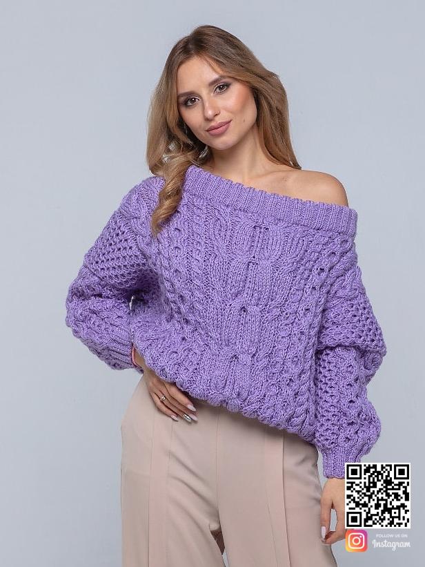 На фотографии женский лавандовый свитер от Shapar, бренда вязаной одежды ручной работы в интернет-магазине связанных спицами вещей.