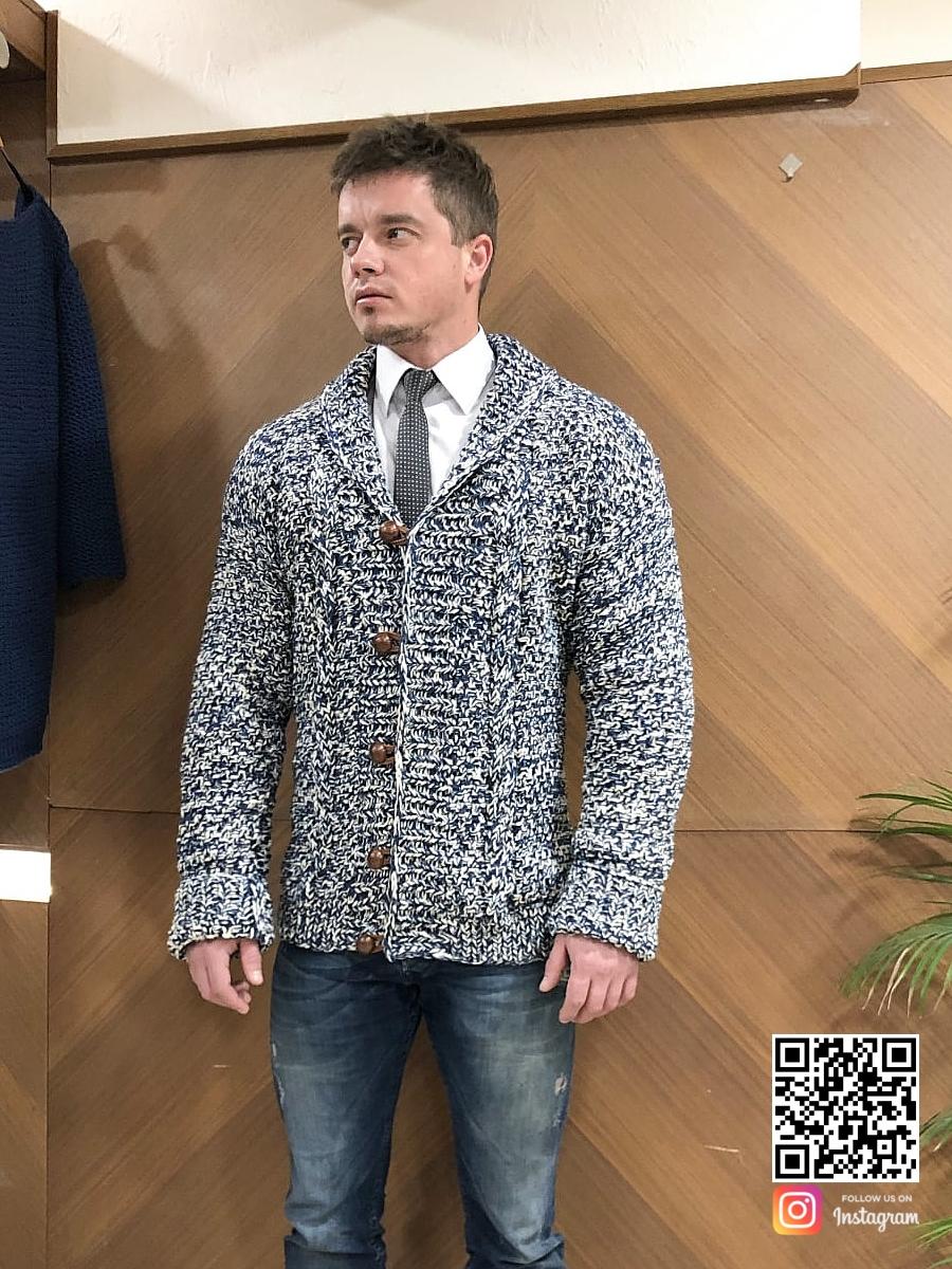На четвертой фотографии мужской вязаный кардиган спицами с пуговицами от Shapar, бренда одежды ручной работы в интернет-магазине связанных вещей.