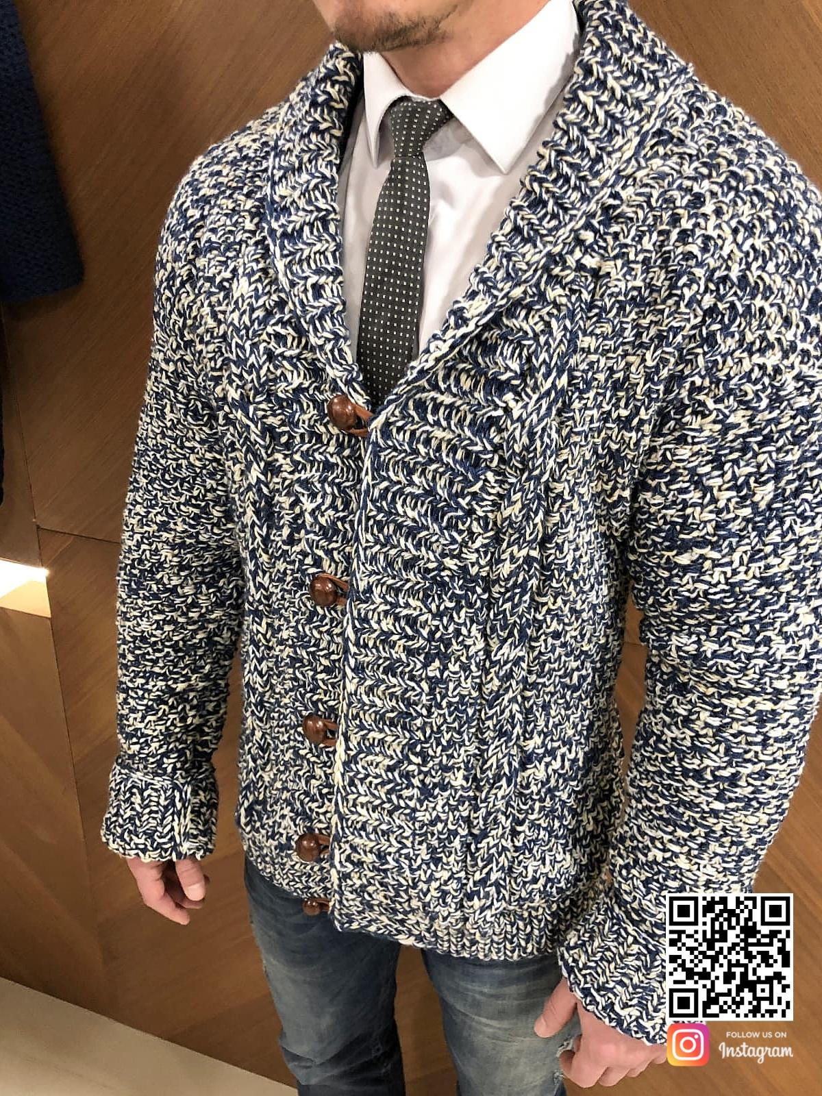 На фотографии мужской вязаный кардиган спицами от Shapar, бренда одежды ручной работы в интернет-магазине связанных вещей.