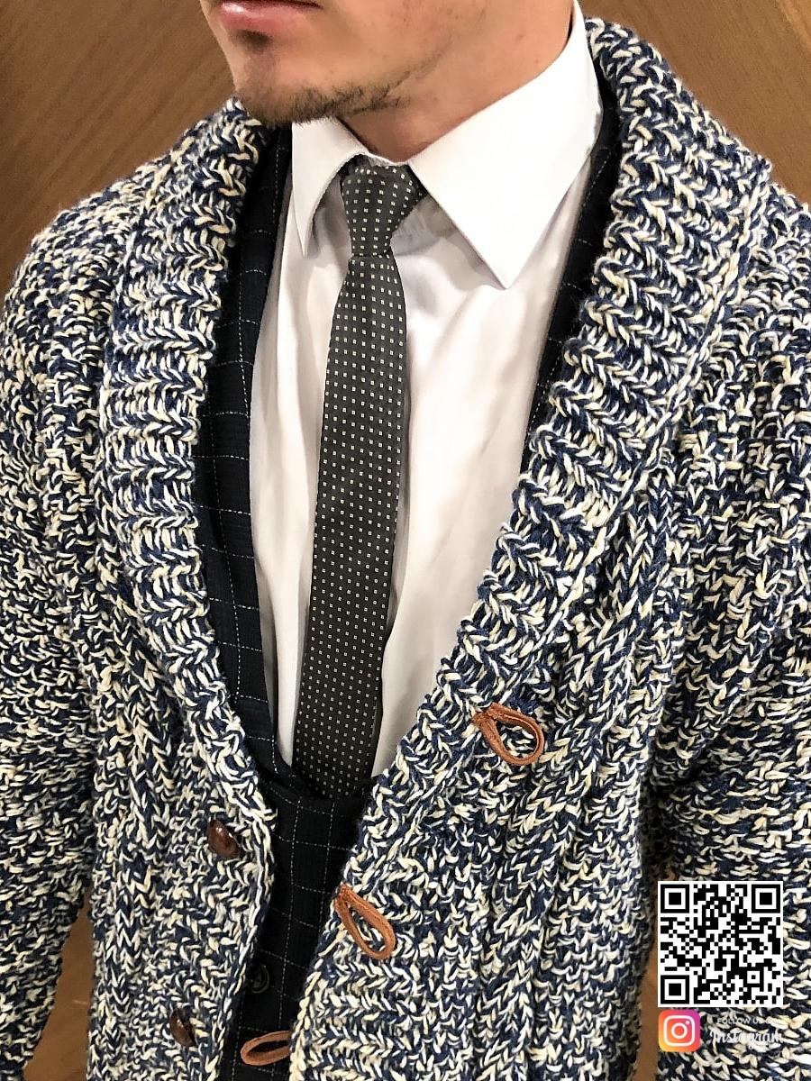 На пятой фотографии классический мужской вязаный кардиган спицами от Shapar, бренда одежды ручной работы в интернет-магазине связанных вещей.