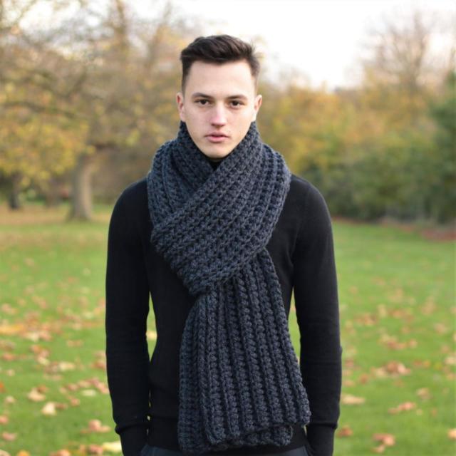 На фотографии черный мужской шарф от Shapar, бренда вязаной одежды ручной работы в интернет-магазине связанных спицами аксессуаров.