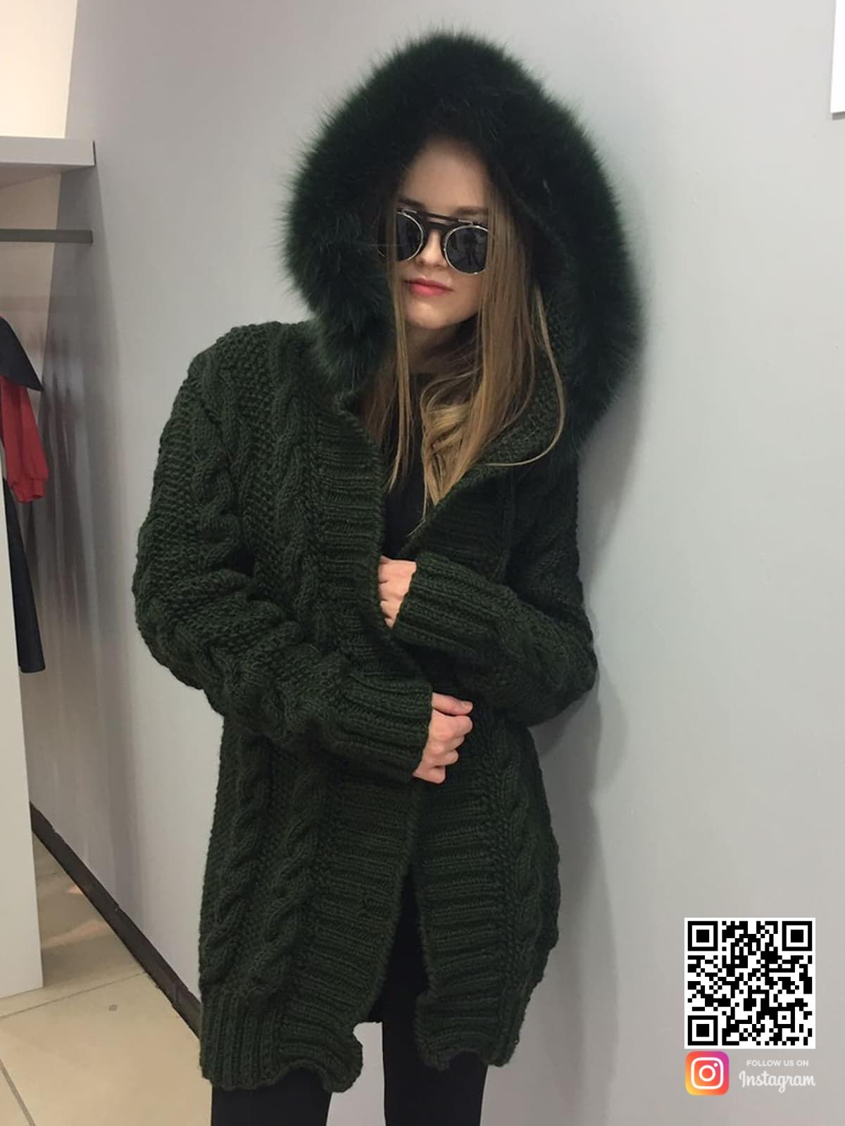 На третьей фотографии женский кардиган с мехом из песца от Shapar, бренда вязаной одежды ручной работы в интернет-магазине связанных спицами вещей.