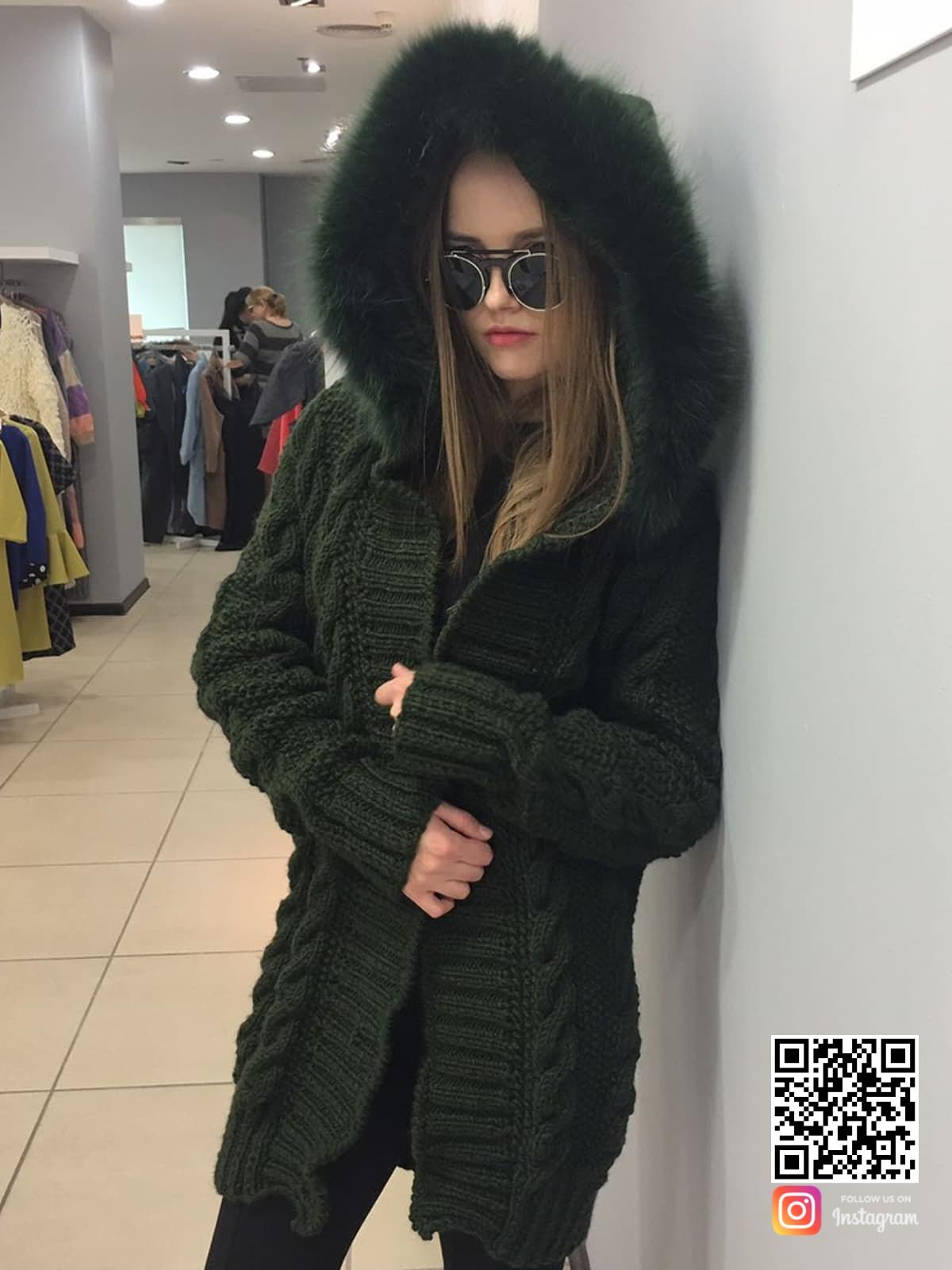 На пятой фотографии теплый кардиган с мехом на капюшоне от Shapar, бренда вязаной одежды ручной работы в интернет-магазине связанных спицами вещей.