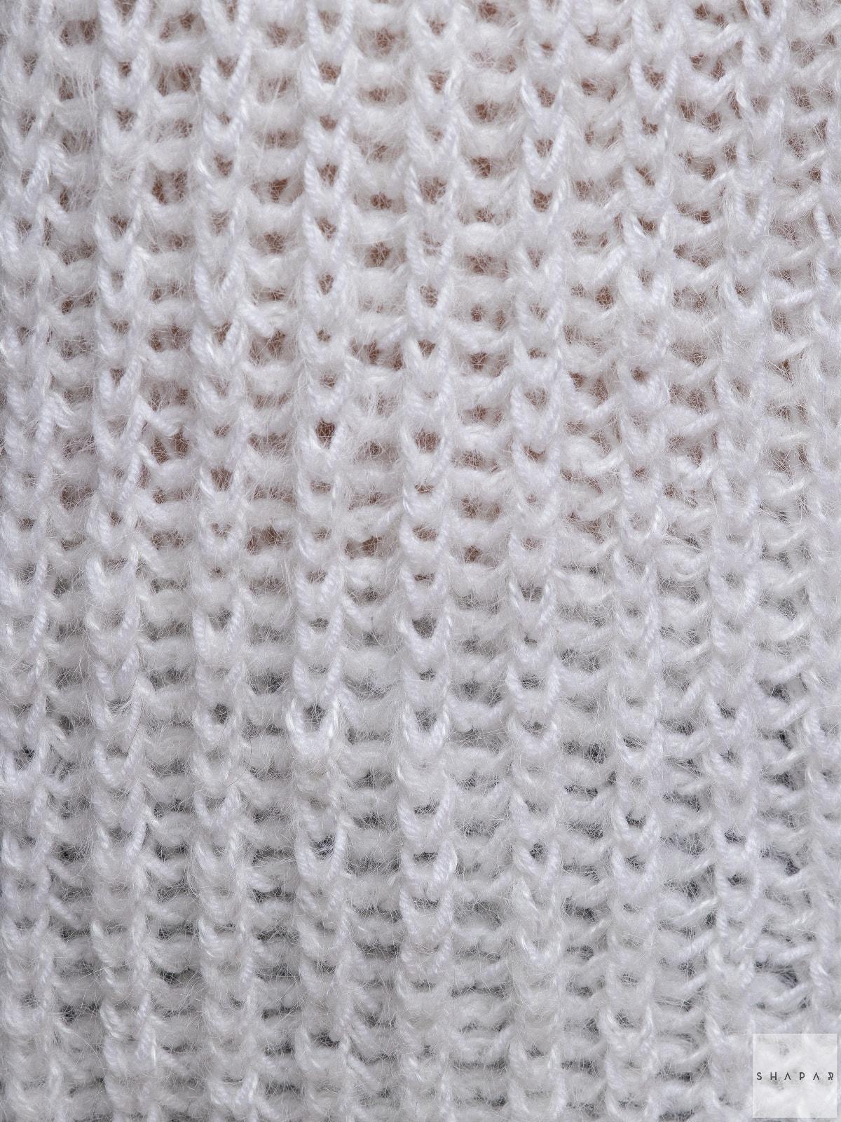 На третьей фотографии белый вязаный свитер крупным планом от Shapar, бренда женской одежды ручной работы в интернет-магазине связанных спицами вещей.