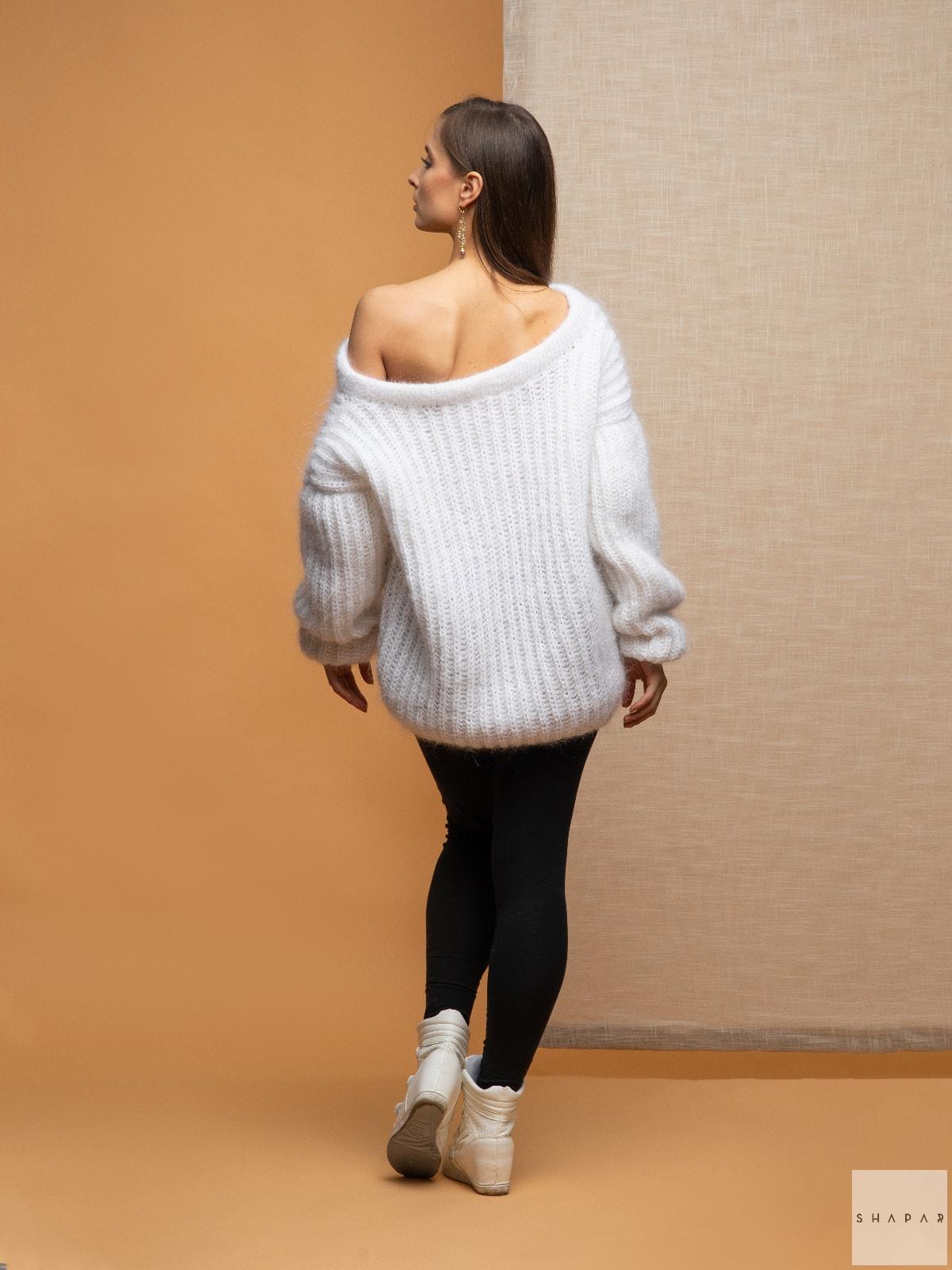 На второй фотографии белый вязаный свитер со спины от Shapar, бренда женской одежды ручной работы в интернет-магазине связанных спицами вещей.