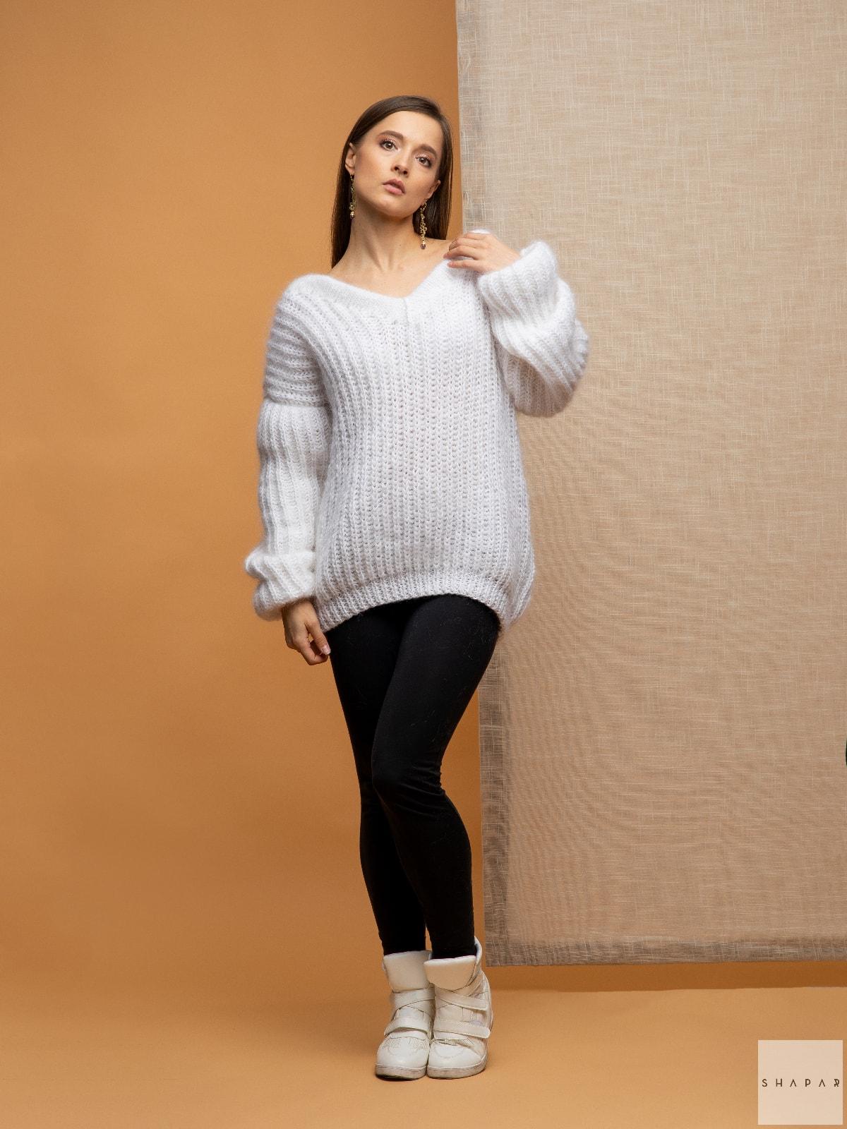 На четвертой фотографии белый вязаный свитер для девушек от Shapar, бренда одежды ручной работы в интернет-магазине связанных спицами вещей.