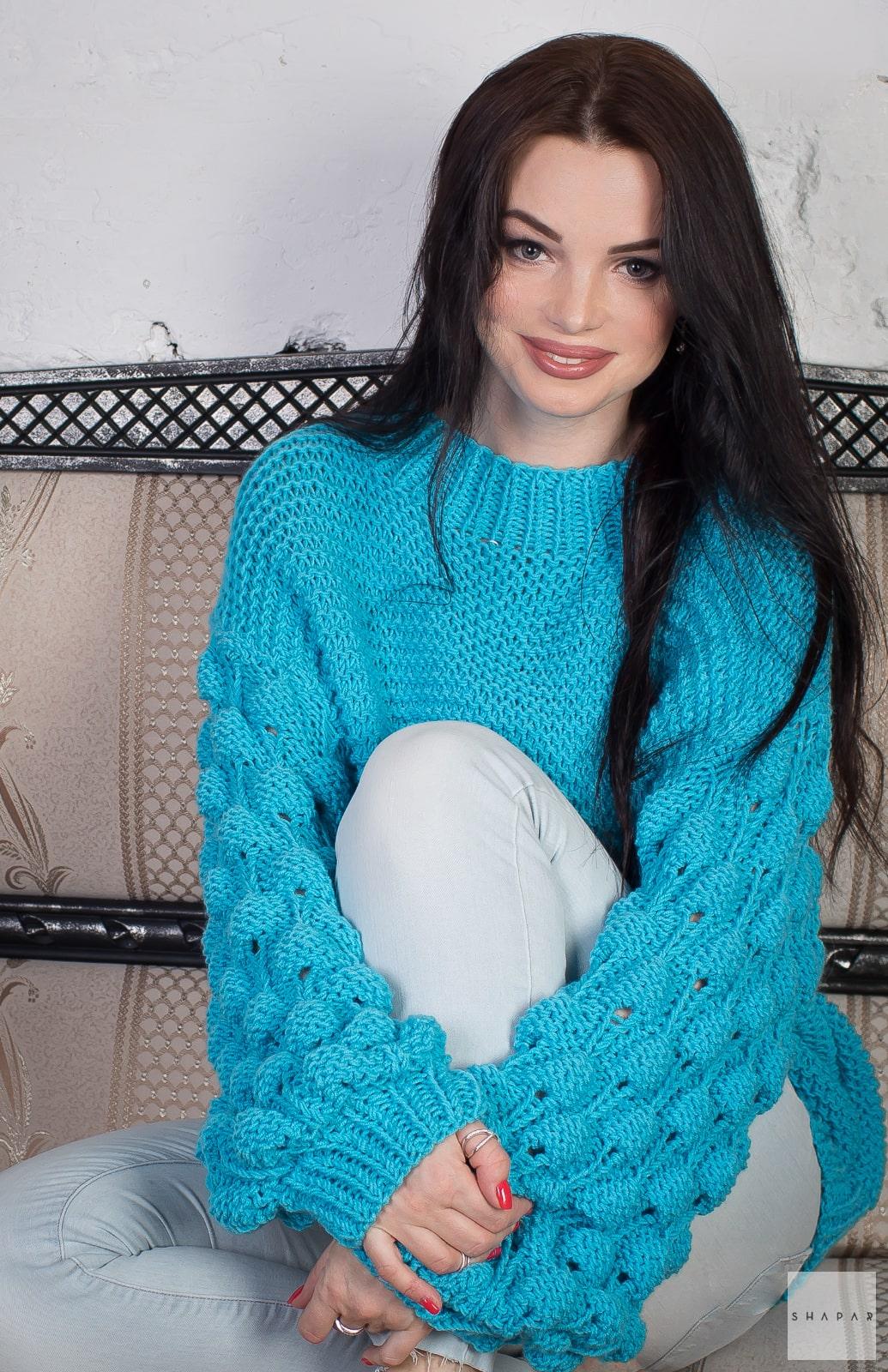 На третьей фотографии женский бирюзовый свитер крупным планом от Shapar, бренда вязаной одежды ручной работы в интернет-магазине связанных спицами вещей.