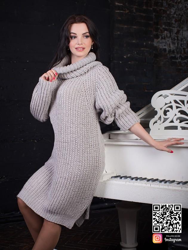 На фотографии длинный свитер женский крупной вязки от Shapar, бренда вязаной одежды ручной работы в интернет-магазине связанных спицами вещей.