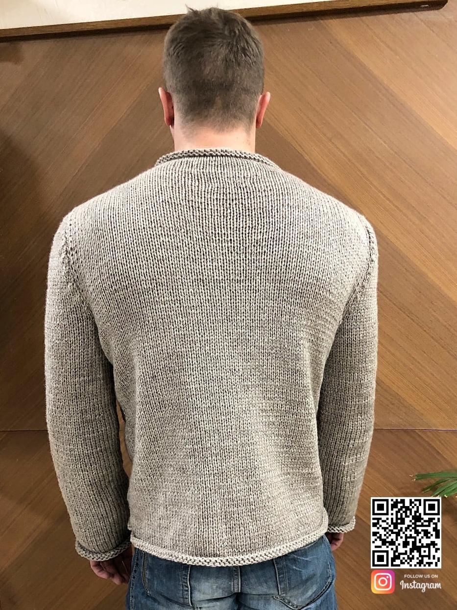 На второй фотографии джемпер косами мужской со спины от Shapar, бренда вязаной одежды ручной работы в интернет-магазине связанных спицами вещей.