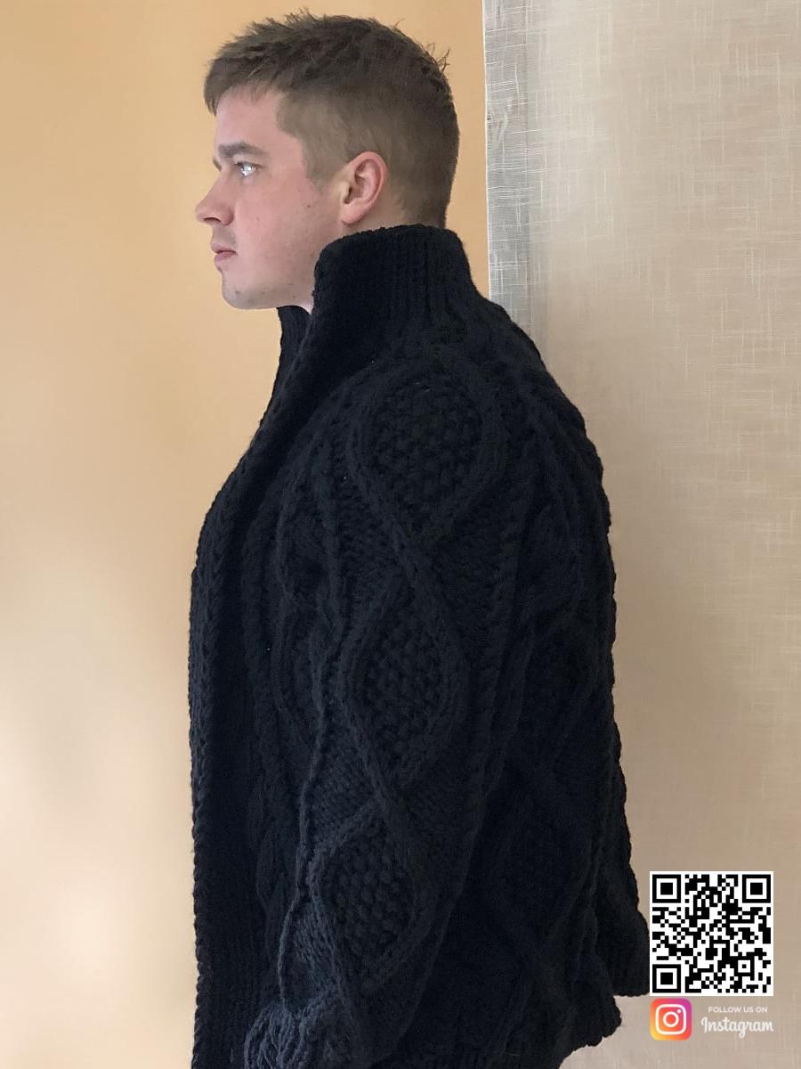 На пятой фотографии кардиган с косами мужской черного цвета от Shapar, бренда вязаной одежды ручной работы в интернет-магазине связанных спицами вещей.