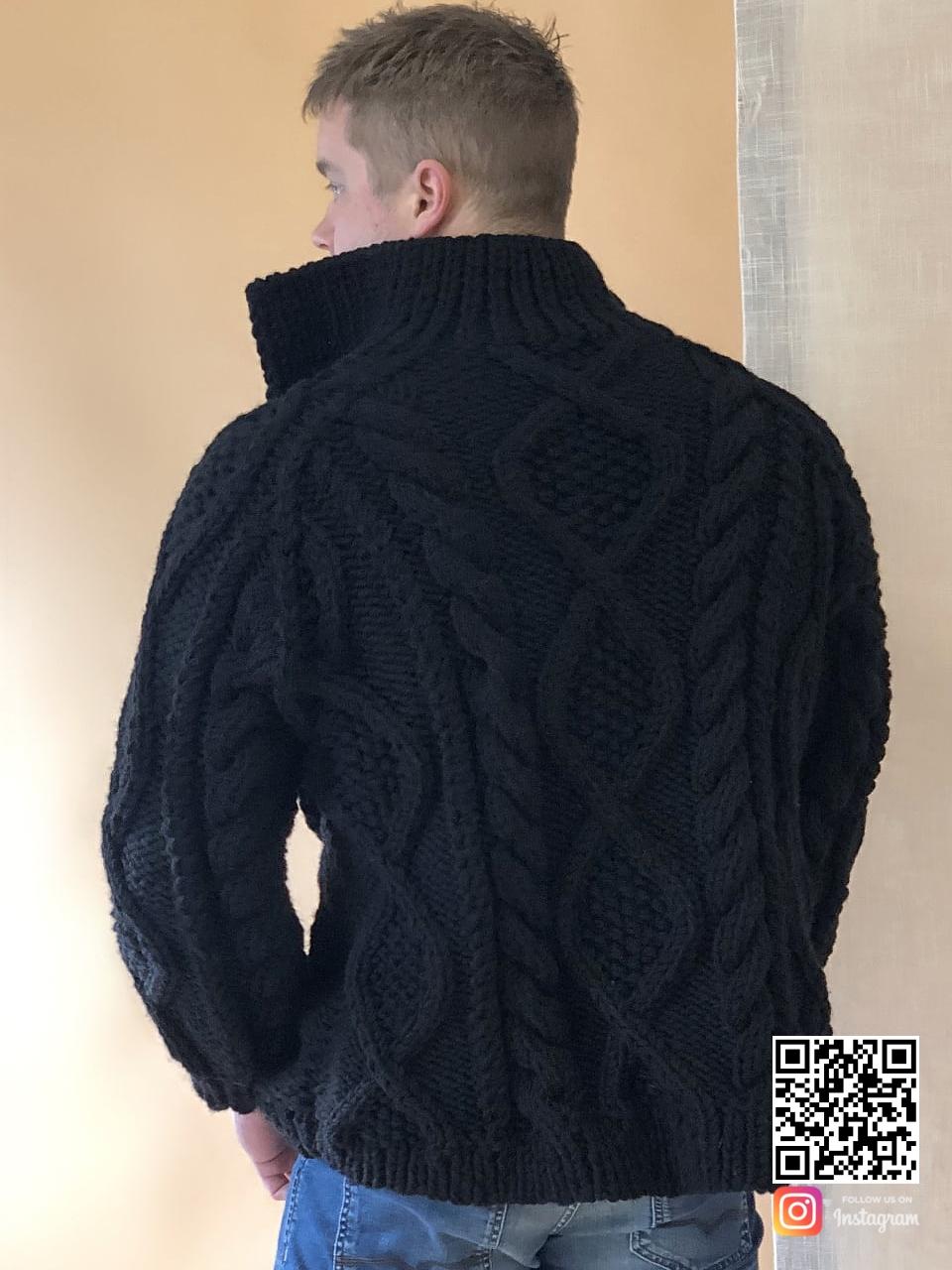 На второй фотографии кардиган с косами мужской со спины от Shapar, бренда вязаной одежды ручной работы в интернет-магазине связанных спицами вещей.