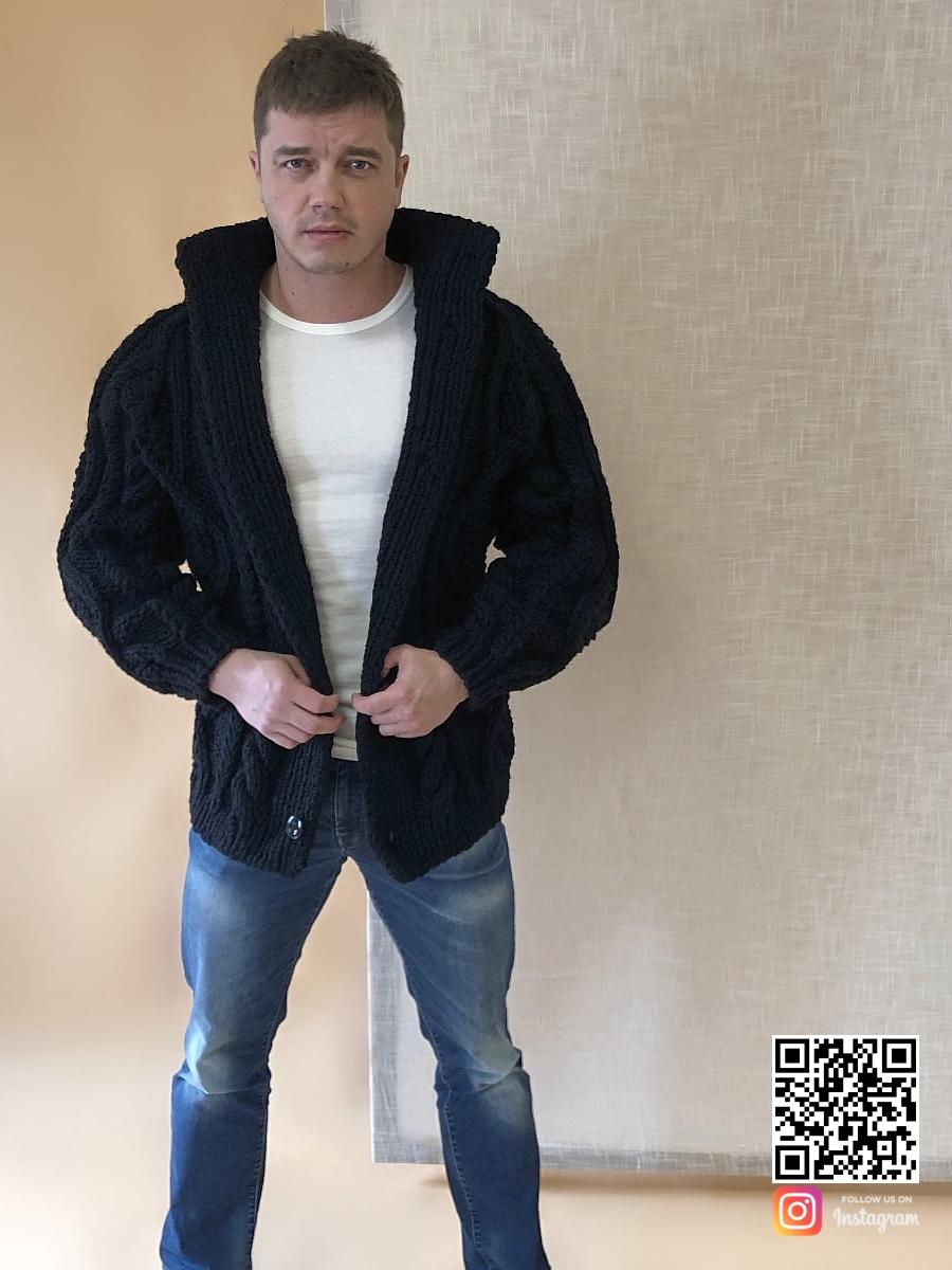 На четвертой фотографии черный кардиган с косами мужской крупной вязки от Shapar, бренда вязаной одежды ручной работы в интернет-магазине связанных спицами вещей.