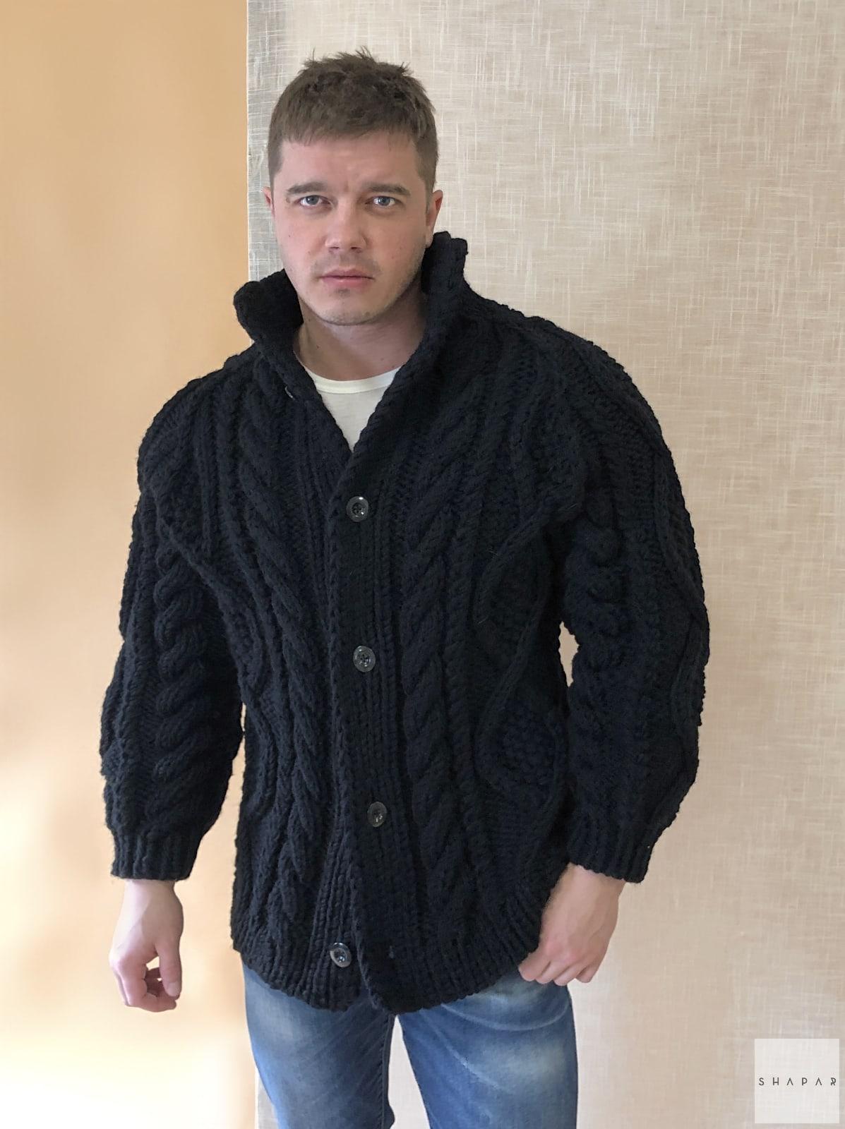 На третьей фотографии кардиган с косами мужской на пуговицах от Shapar, бренда вязаной одежды ручной работы в интернет-магазине связанных спицами вещей.