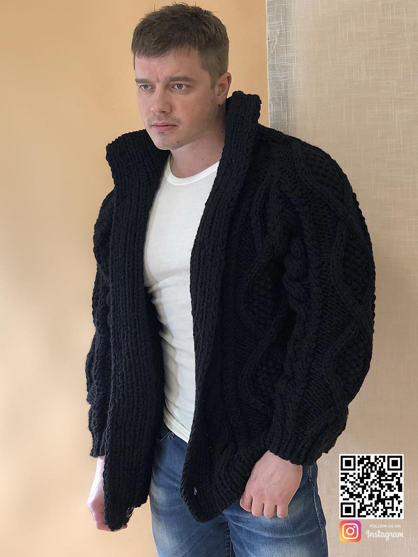 На фотографии кардиган с косами мужской от Shapar, бренда вязаной одежды ручной работы в интернет-магазине связанных спицами вещей.