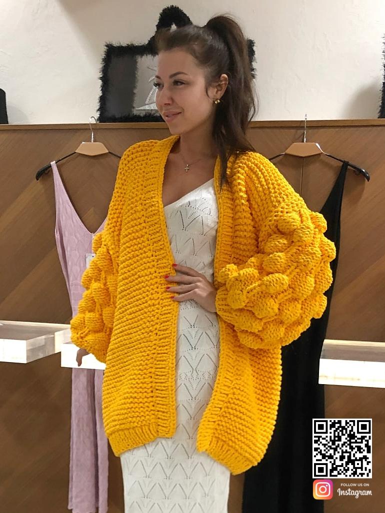 На третьей фотографии женский кардиган желтого цвета крупной вязки из хлопка от Shapar, бренда вязаной одежды ручной работы в интернет-магазине связанных спицами вещей.