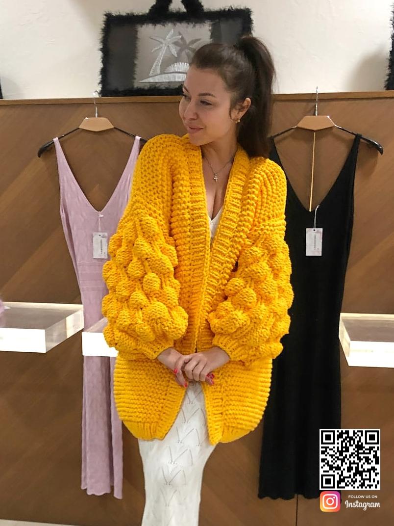 На пятой фотографии модный кардиган желтого цвета на лето для девушек и женщин от Shapar, бренда вязаной одежды ручной работы в интернет-магазине связанных спицами вещей.
