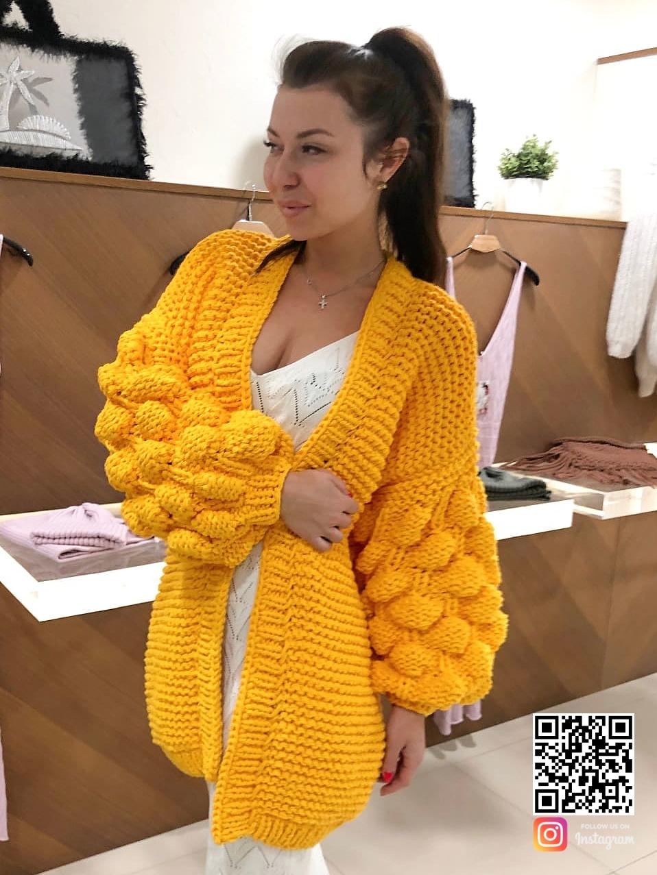 На фотографии женский кардиган желтого цвета от Shapar, бренда вязаной одежды ручной работы в интернет-магазине связанных спицами вещей.