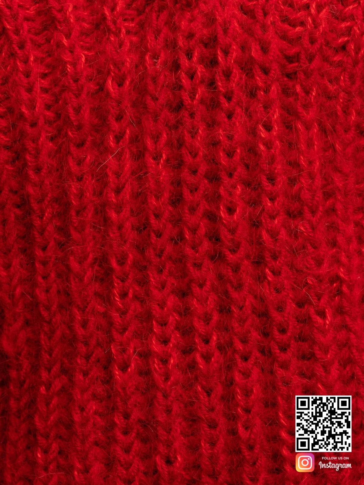 На пятой фотографии свитер красного цвета крупным планом от Shapar, бренда вязаной одежды ручной работы в интернет-магазине связанных спицами вещей.