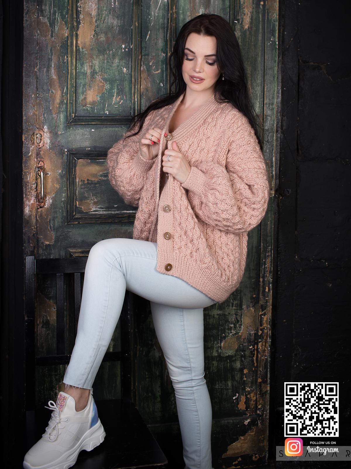 На фотографии бежевый бомбер женский на пуговицах от Shapar, бренда вязаной одежды ручной работы в интернет-магазине связанных вещей.