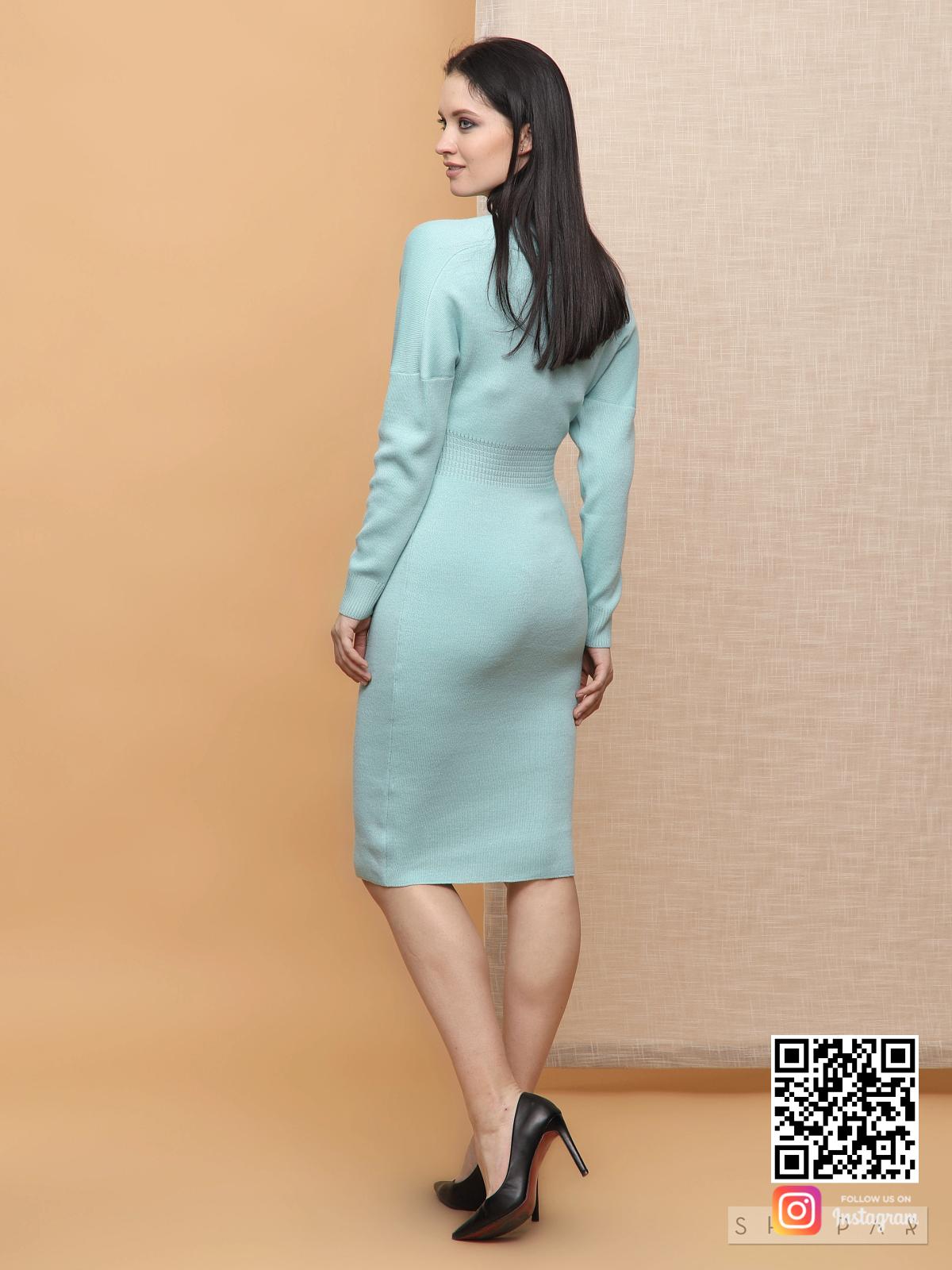 На второй фотографии бирюзовое платье трикотажное со спины от Shapar, бренда вязаной одежды ручной работы в интернет-магазине связанных спицами вещей.