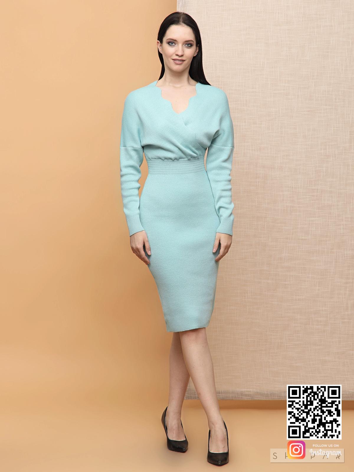 На фотографии бирюзовое платье трикотажное от Shapar, бренда вязаной одежды ручной работы в интернет-магазине связанных спицами вещей.