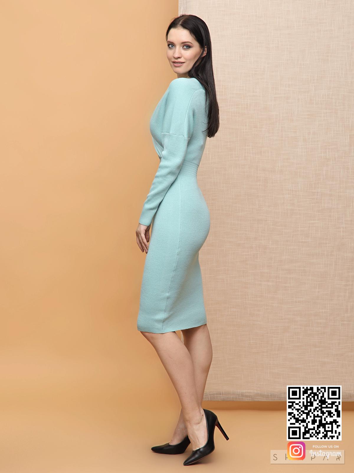 На третьей фотографии деловое платье для женщин бирюзового цвета от Shapar, бренда вязаной одежды ручной работы в интернет-магазине связанных спицами вещей.