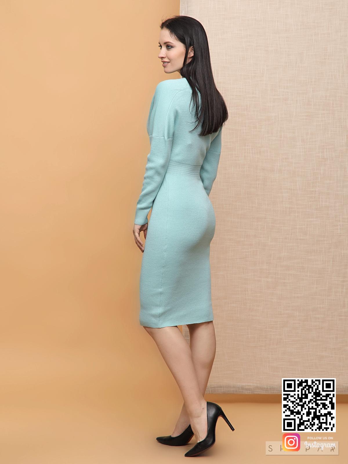 На пятой фотографии деловое бирюзовое платье трикотажное в длине миди для женщин от Shapar, бренда вязаной одежды ручной работы в интернет-магазине связанных спицами вещей.