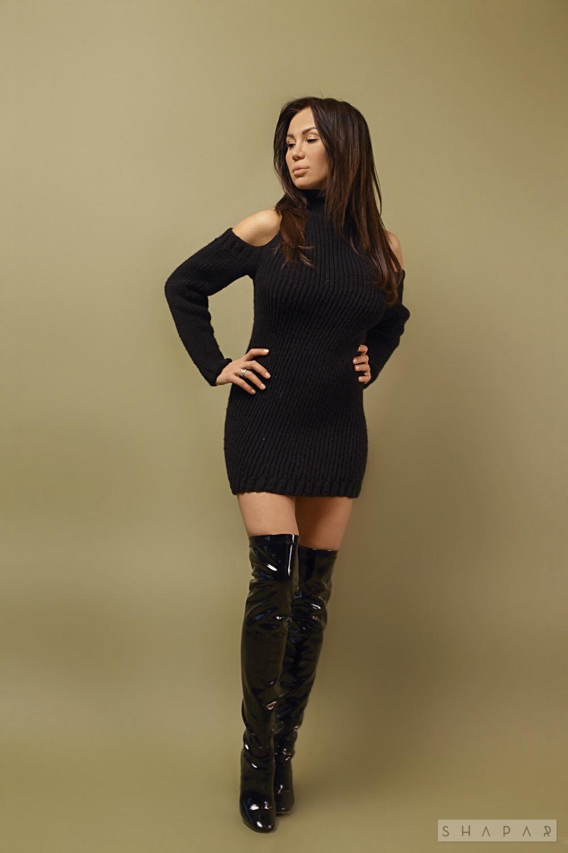 На фотографии длинный свитер платье от Shapar, бренда женской вязаной одежды ручной работы в интернет-магазине связанных спицами вещей.