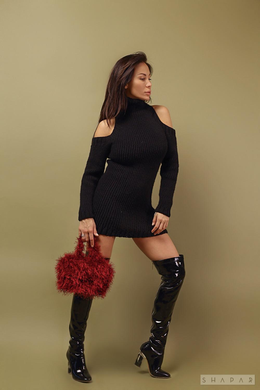 На второй фотографии черный длинный свитер платье от Shapar, бренда женской вязаной одежды ручной работы в интернет-магазине связанных спицами вещей.