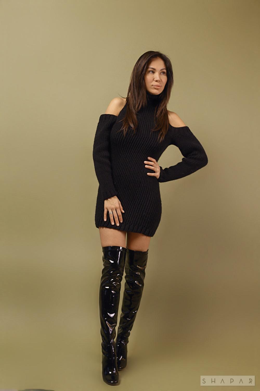 На четвертой фотографии длинный свитер платье черного цвета от Shapar, бренда женской вязаной одежды ручной работы в интернет-магазине связанных спицами вещей.