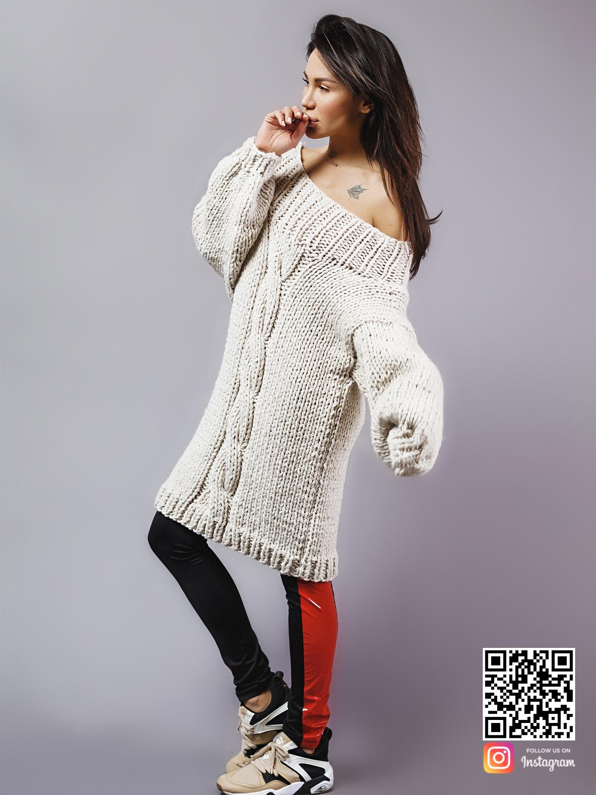 На фотографии длинный вязаный свитер женский от Shapar, бренда одежды ручной работы в интернет-магазине связанных спицами вещей.