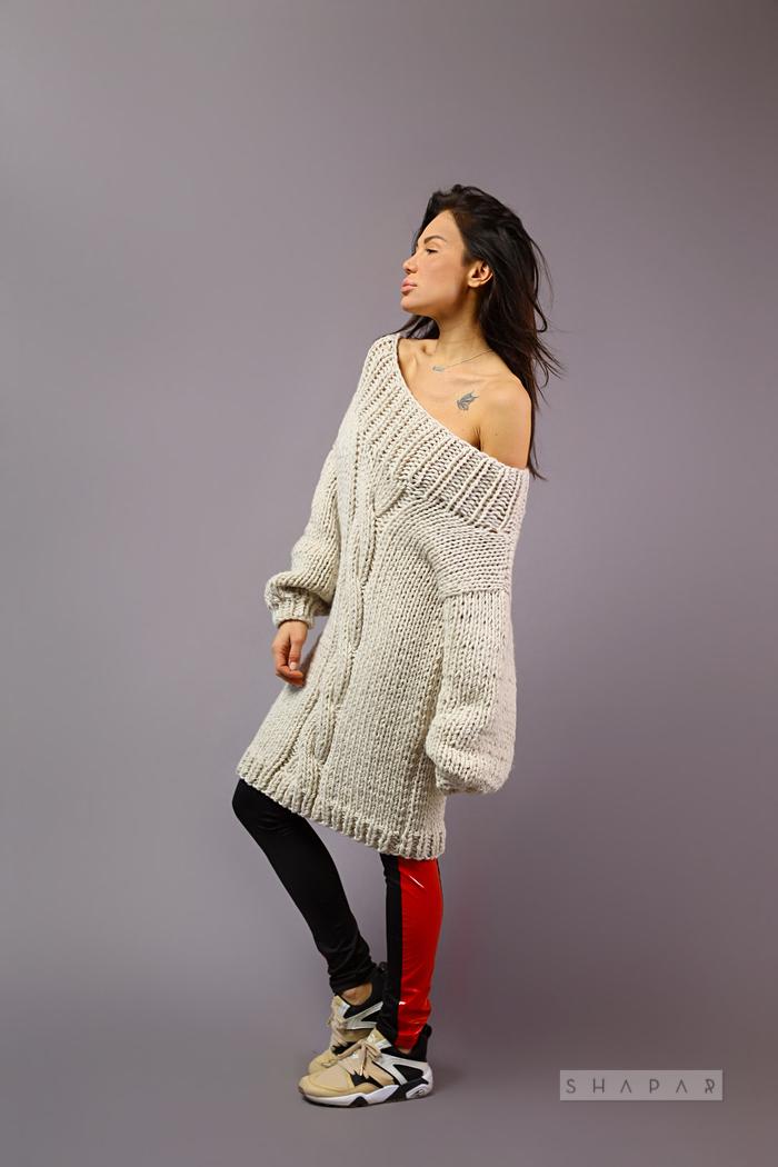 На пятой фотографии длинный вязаный свитер женский крупной вязки от Shapar, бренда одежды ручной работы в интернет-магазине связанных спицами вещей.