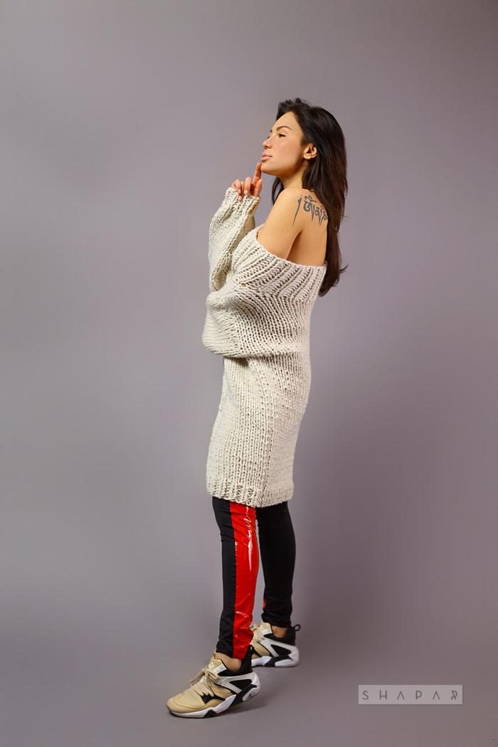 На третьей фотографии длинный вязаный свитер женский со спущенным плечом от Shapar, бренда одежды ручной работы в интернет-магазине связанных спицами вещей.