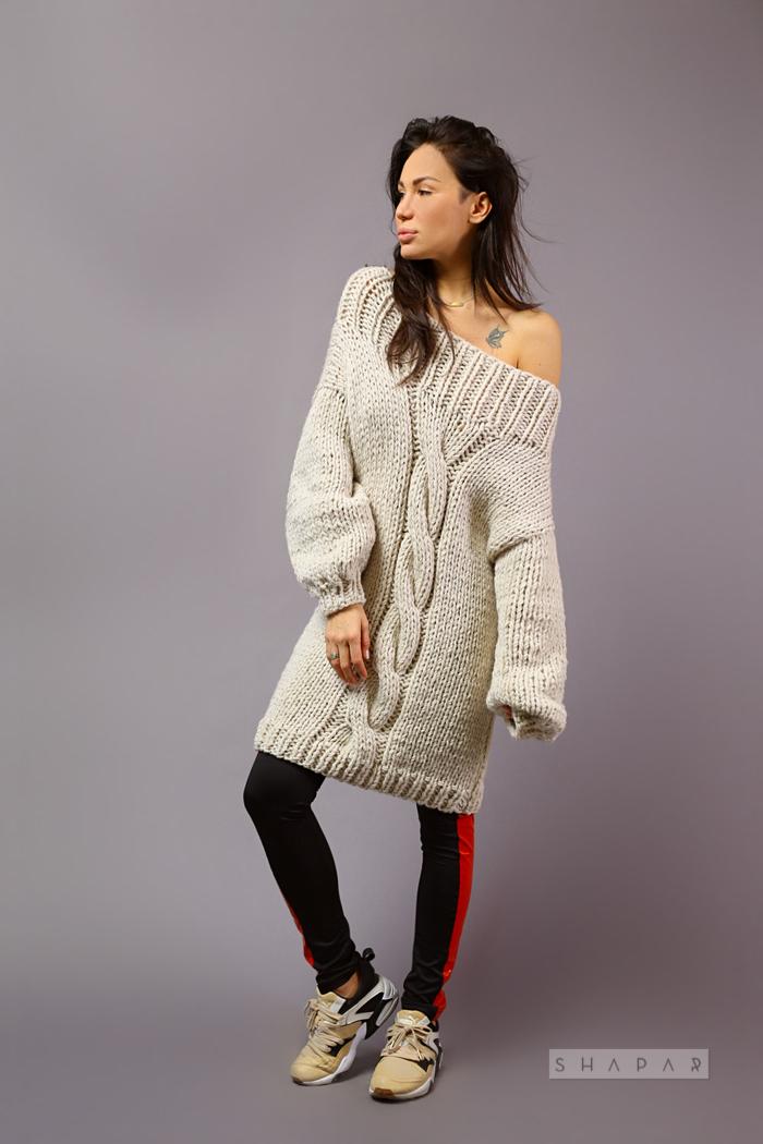 На четвертой фотографии длинный вязаный свитер женский бежевого цвета от Shapar, бренда одежды ручной работы в интернет-магазине связанных спицами вещей.